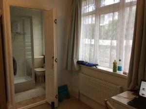 反対側からシャワールームを臨みます。湯舟のお風呂は共用のものがありましたが私は使いませんでした